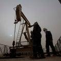 Kto za tým všetkým stojí: Päť (konšpiračných) teórií o tom, prečo ceny ropy klesajú tak hlboko