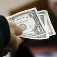 Americký dolár zažíva pokles, ohrozené sú aj komoditné meny